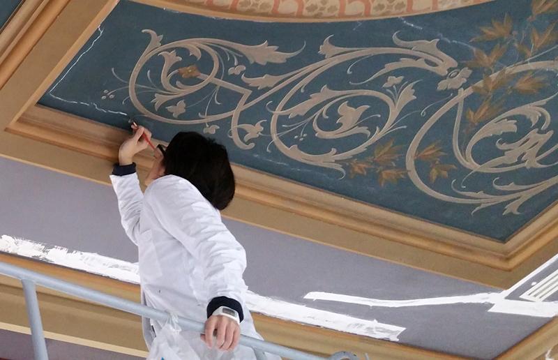Elève en formation restauration peinture murale